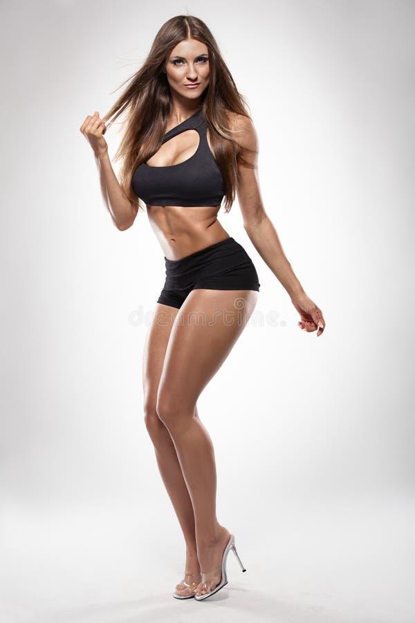 Ładna seksowna sprawności fizycznej kobieta pozuje perfect ciało zdjęcie royalty free