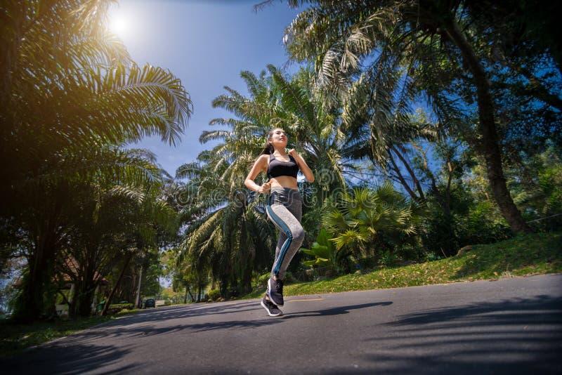 Ładna sport kobieta jogging w parku obrazy stock