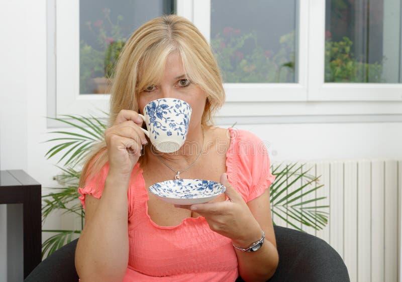 Ładna starsza kobieta pije herbaty fotografia royalty free