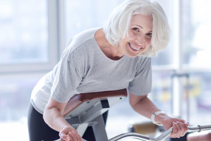 Ładna starsza kobieta robi ćwiczeniom przy gym zdjęcie stock