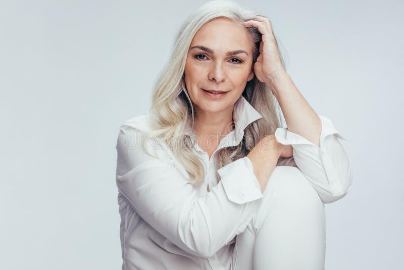 Ładna starsza kobieta w biały przypadkowym zdjęcia royalty free