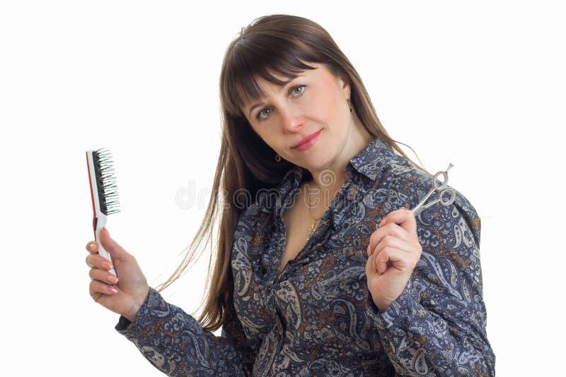 Ładna stylista kobieta z narzędziami w rękach pozuje na kamerze obraz stock