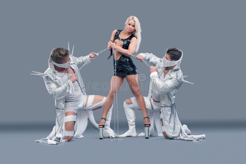 Ładna szczupła blondynka trzyma dalej łańcuszkowych mięśniowych mężczyzna zdjęcia stock