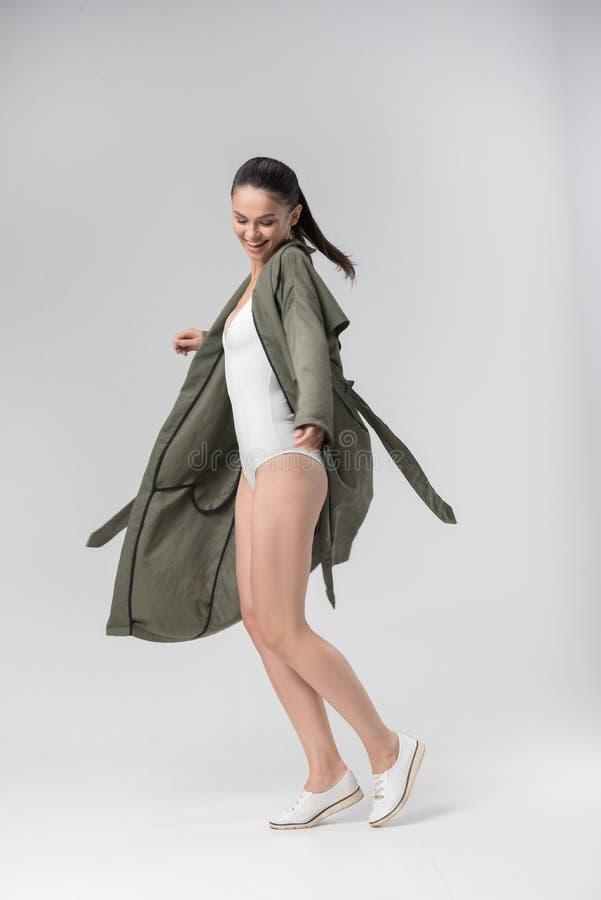 Ładna szczupła dziewczyna pozuje w underclothing zdjęcie royalty free