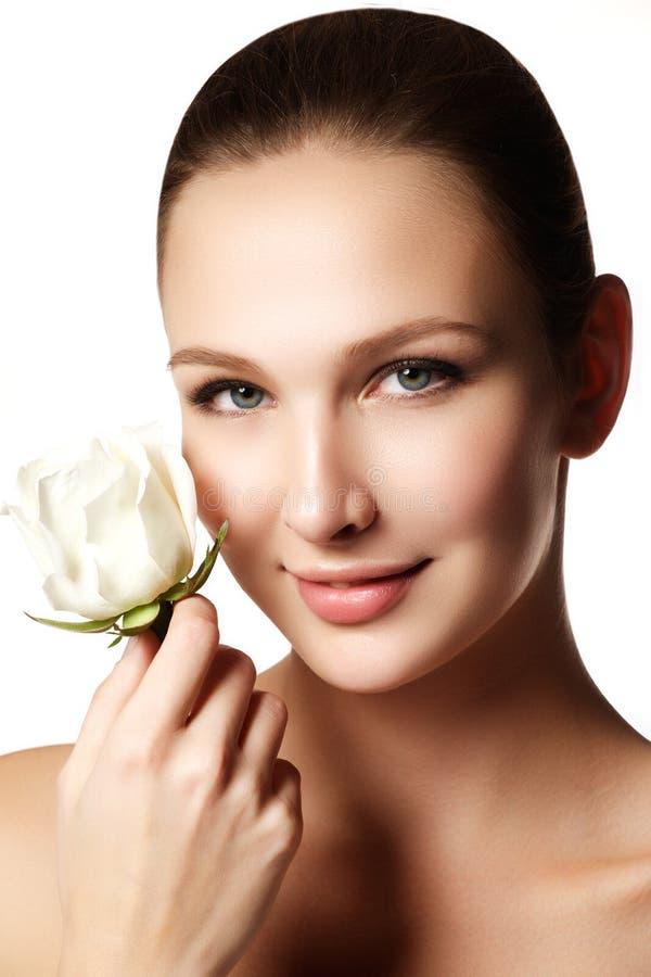 Ładna twarz piękna młoda kobieta z wzrastał na rękach - biel fotografia stock