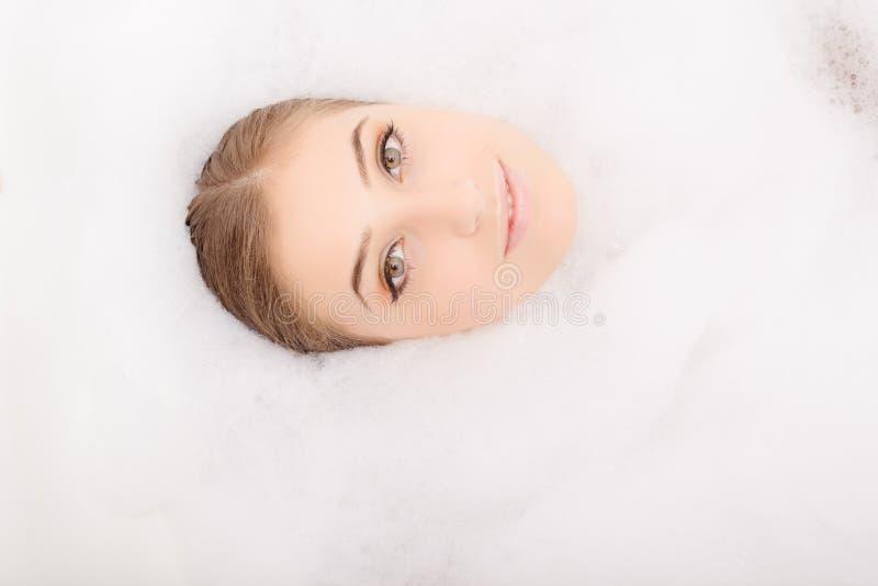 Download Ładna Twarz W Białej Puszystej Pianie Obraz Stock - Obraz złożonej z łazienka, szczęście: 57656377