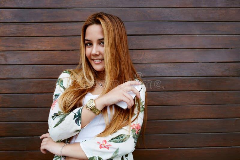 Ładna ubierająca modniś kobieta patrzeje daleko od uśmiechający się w ten sposób szczęśliwego w radości czujący i obraz stock