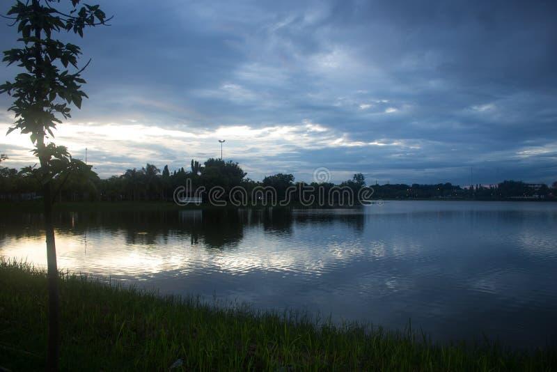 Ładna wieczór scena na jeziorze, Tajlandia fotografia royalty free