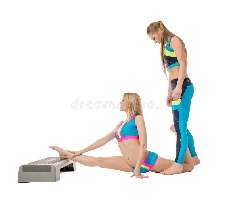Ładne żeńskie gimnastyczki rozgrzewkowe up w studiu obraz stock
