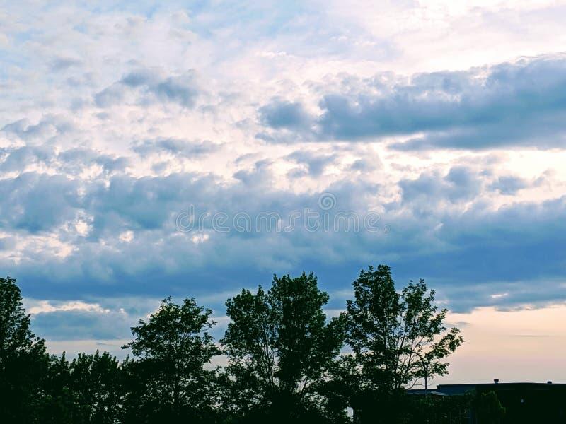 Ładne chmury przy wczesnym półmrokiem zdjęcie royalty free