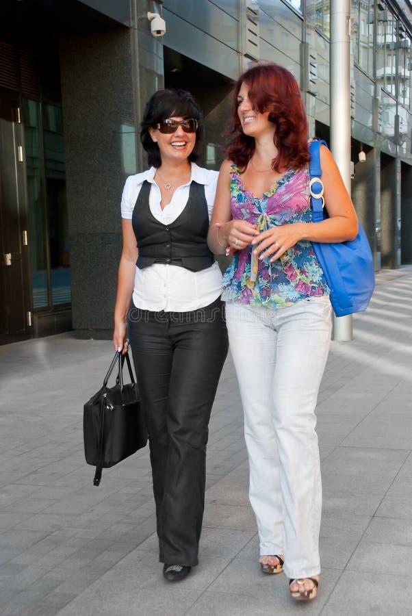 ładne chodzące kobiety fotografia royalty free