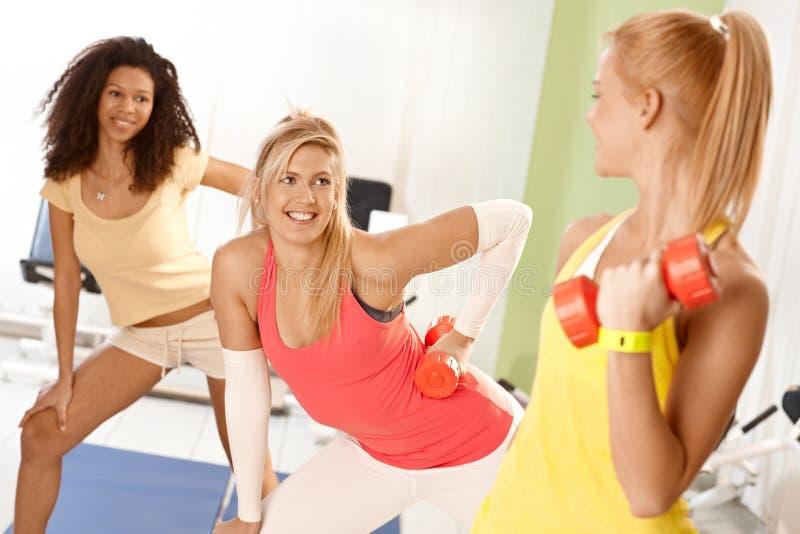 Ładne dziewczyny ćwiczy z dumbbells zdjęcie stock