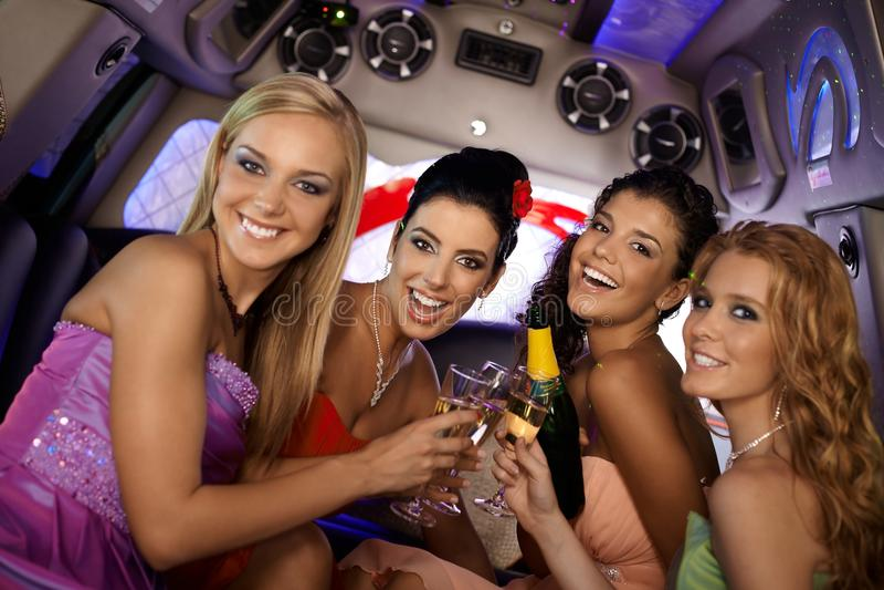 Ładne dziewczyny świętuje w limo obraz royalty free