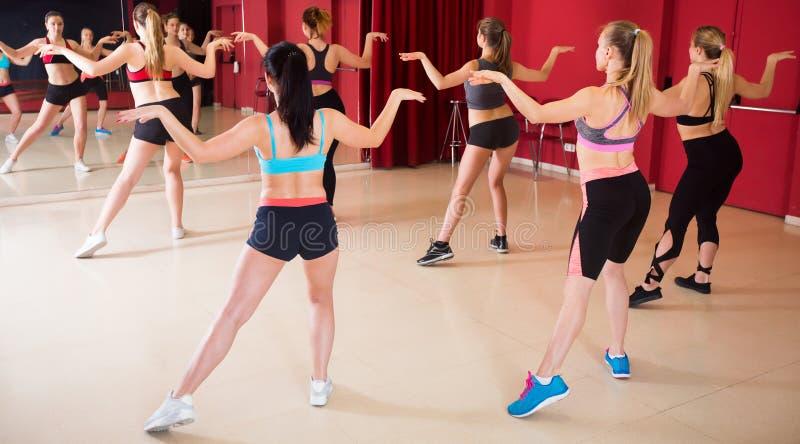 Ładne kobiety ćwiczy tanów ruchy zdjęcie stock