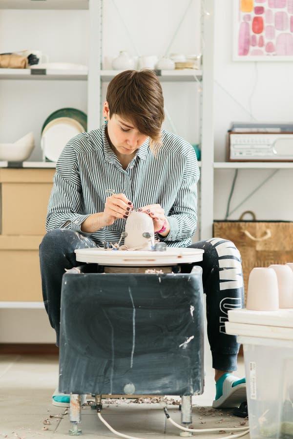 Ładne kobiety pracuje na garncarce toczą wewnątrz studio obraz stock