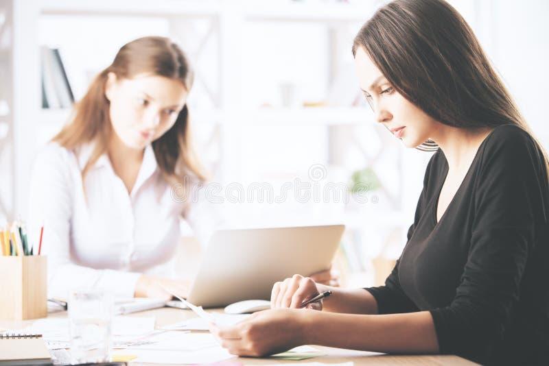 Ładne kobiety robi papierkowej robocie obraz stock