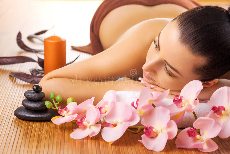 Ładne młode kobiety relaksuje w zdroju salonie zdjęcie stock