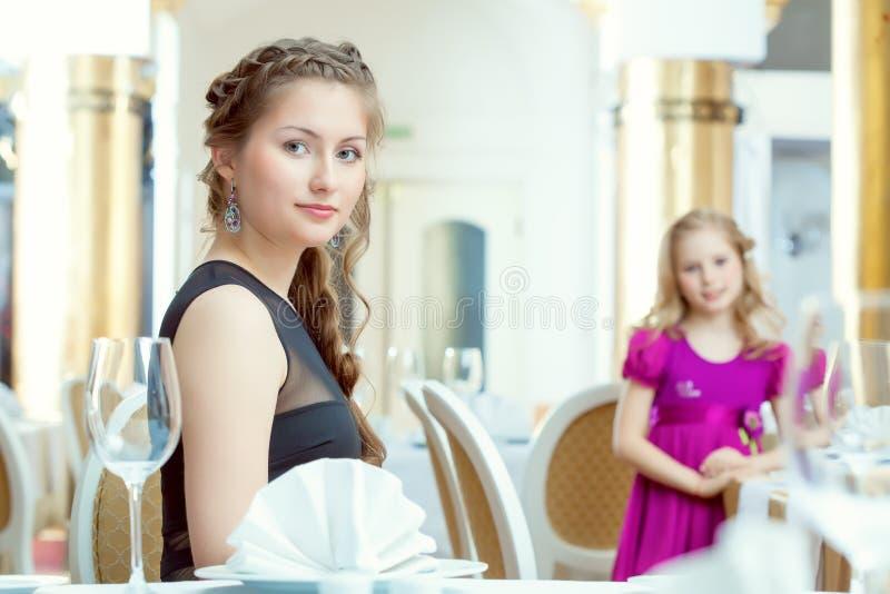 Ładne młode siostry pozuje przy restauracją zdjęcie stock