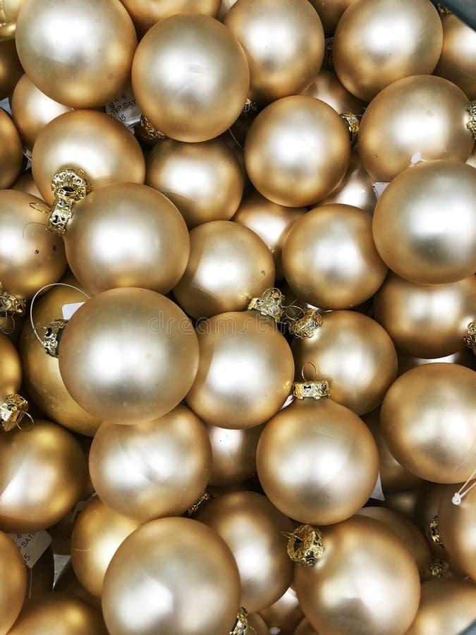 Ładne złote boże narodzenie zabawki w pudełku Odgórny widok zdjęcia royalty free
