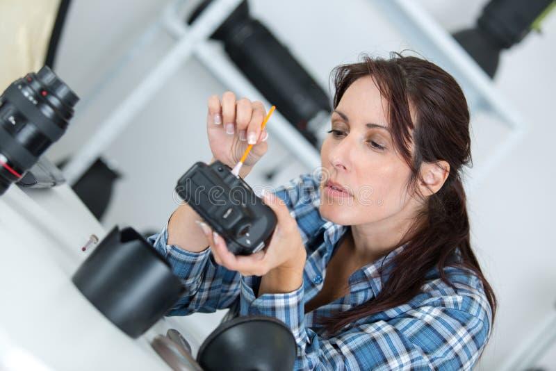 Ładnego żeńskiego techniki cleaning kamery brudny czujnik obrazy stock