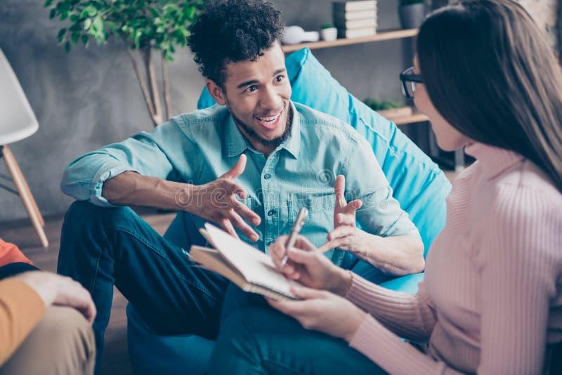 Ładnego atrakcyjnego rozochoconego radosnego faceta konsultanta kierowników wykwalifikowany finansista tworzy nowego planu karier obraz stock