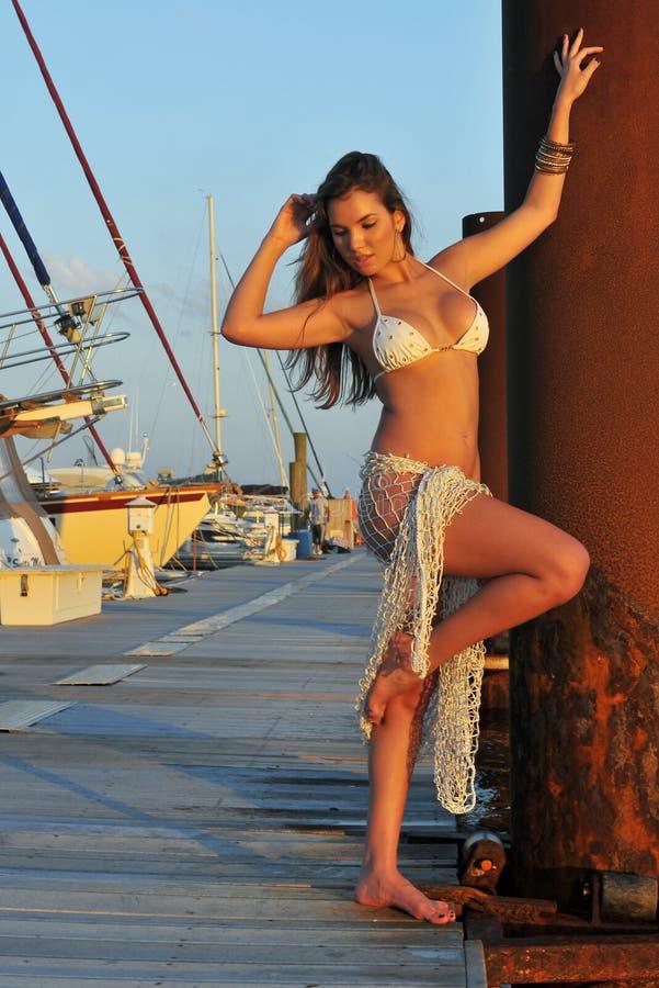Ładnego latynoskiego swimsuit wzorcowy target999_0_ seksowny zdjęcie royalty free