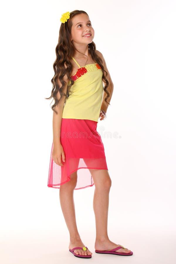 Ładnej brunetki dziecka nikła dziewczyna artistically pozuje i szczęśliwa obrazy stock
