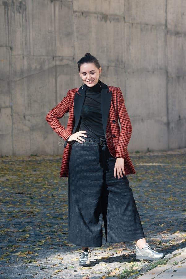 Ładnej dziewczyny wiosny jesieni mody ulicy inkasowy styl zdjęcie stock