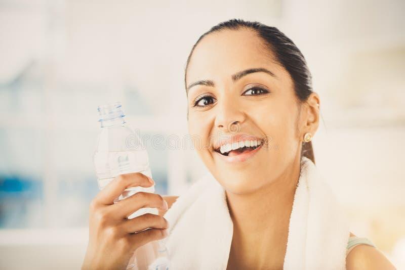 Ładnej Indiańskiej kobiety sporty i atrakcyjny jest ubranym gym ręcznik przy h zdjęcie royalty free