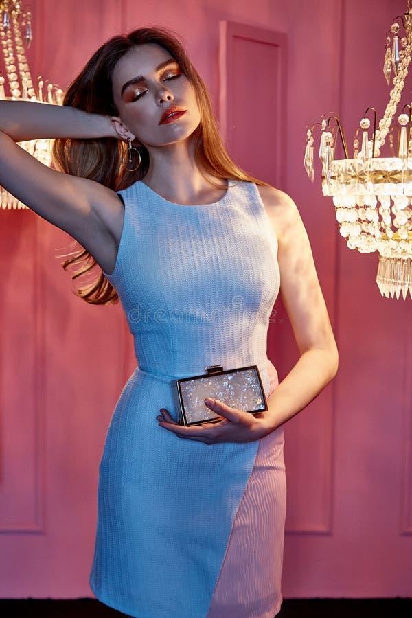 Ładnej kobiety blondynu odzieży przypadkowego stylu dłudzy ubrania zwierają lig obrazy royalty free