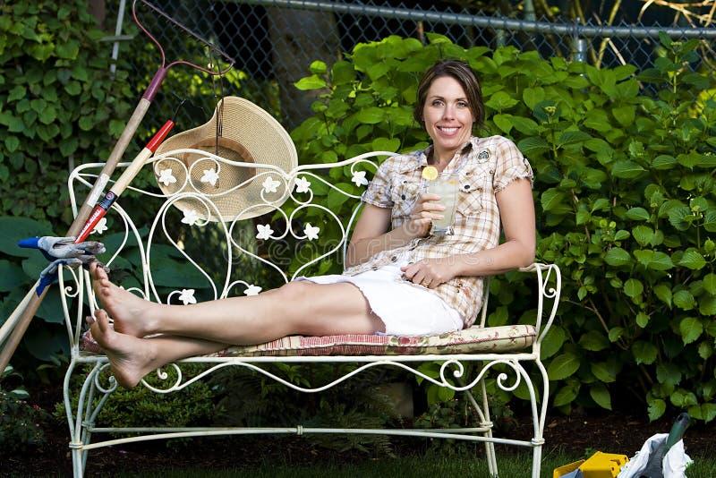 Ładnej kobiety relaksujący outside fotografia stock