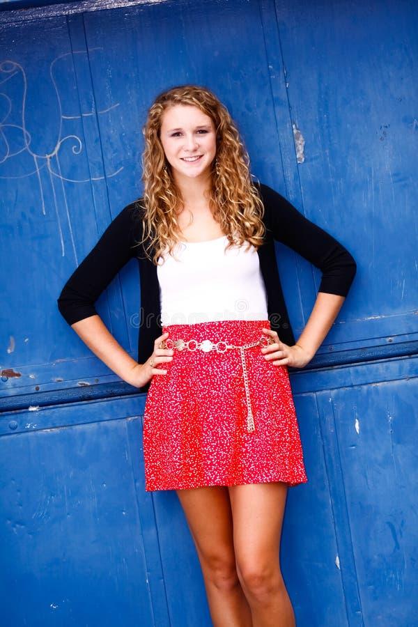 Ładnej Nastoletniej Dziewczyny Trwanie Ręki na Biodrach zdjęcia royalty free