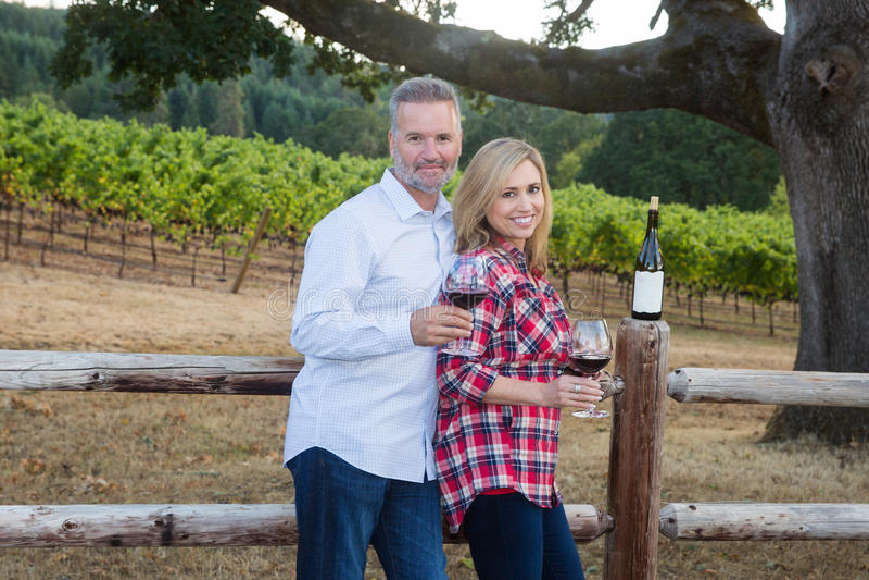 Ładnej pary smaczny wino przy winnicą obraz stock