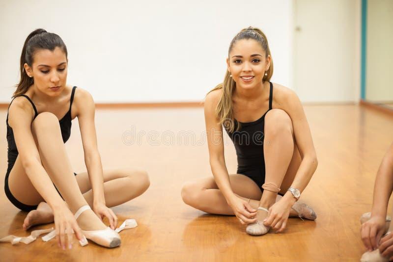 Ładni żeńscy tancerze dostaje przygotowywający tanczyć zdjęcie royalty free