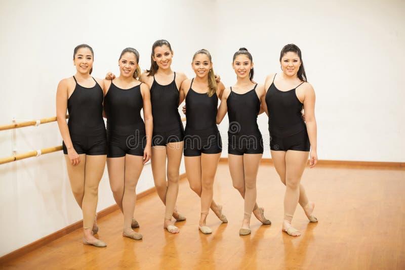 Ładni żeńscy tancerze w studiu fotografia stock