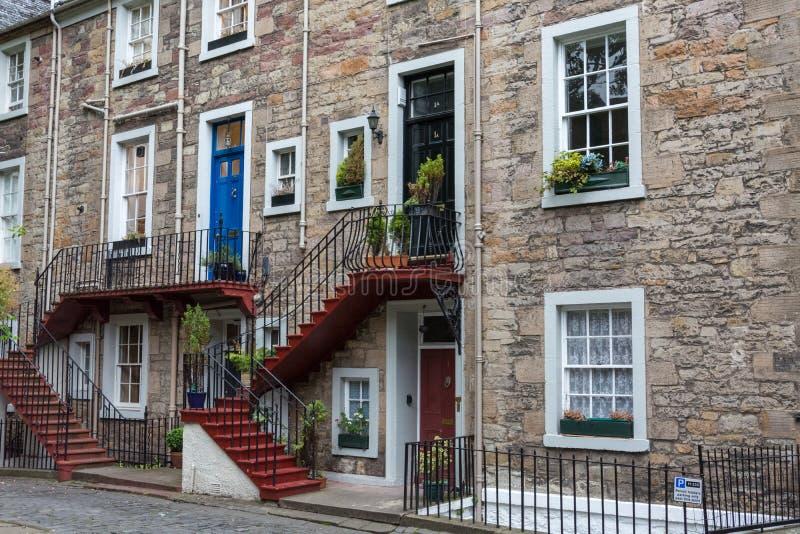Ładni colourful schodki dzwi wejściowy przy drylują dom w Edinbu obraz royalty free