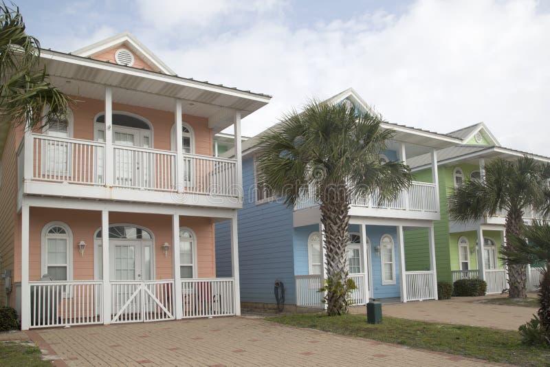 Ładni drewniani domy z balkonem zdjęcia royalty free
