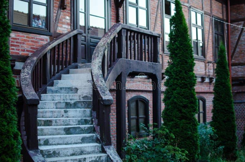 Ładni drewniani schodki na domu obraz royalty free