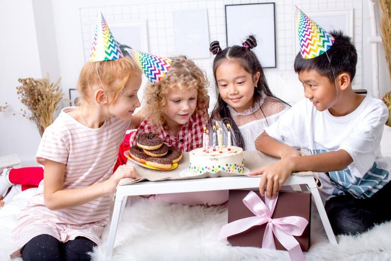 Ładni dzieciaki zbierający wokoło smakowitego torta obrazy royalty free