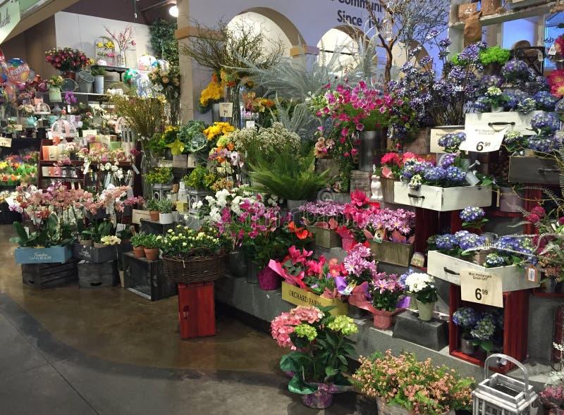 Ładni kwiaty i rośliny sprzedawanie zdjęcia stock