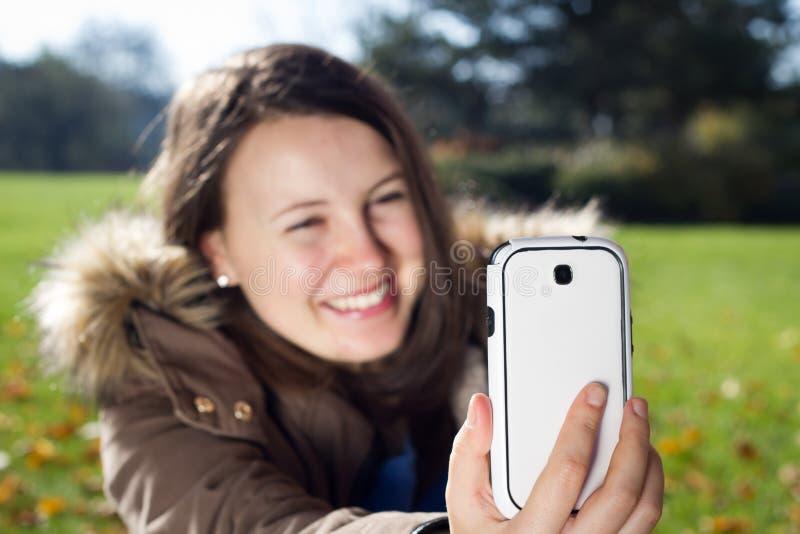 Ładni młoda dziewczyna wp8lywy podróżują selfie w ogromnym ogródzie botanicznym obrazy stock
