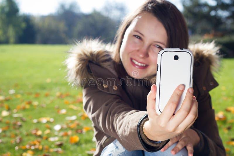 Ładni młoda dziewczyna wp8lywy podróżują selfie w ogromnym ogródzie botanicznym zdjęcie stock