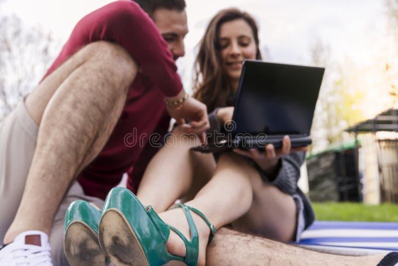 Ładni para chłopacy relaksuje siedzieć na łące fotografia royalty free
