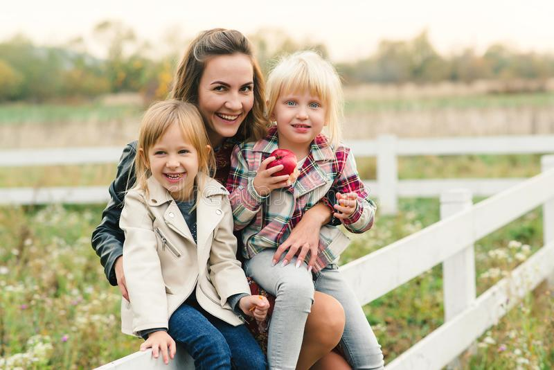 Ładni potomstwa matkują mieć zabawę wraz z jej córkami rodzinny szcz??liwy target2231_0_ Elegancka urocza matka z dzieciakami Rod zdjęcia royalty free