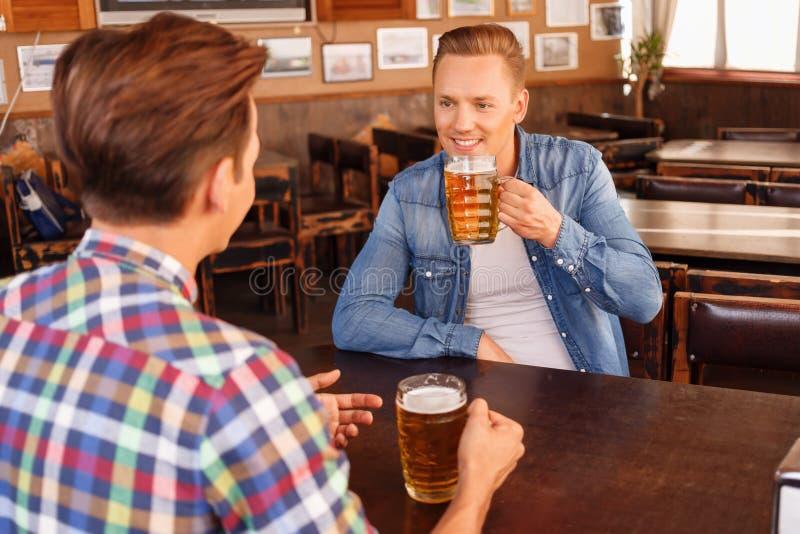 Ładni przyjaciele pije piwo obrazy royalty free