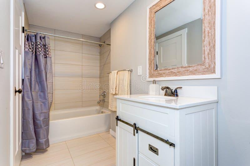 Ładny łazienki wnętrze z bezcelowość gabinetem zdjęcia stock