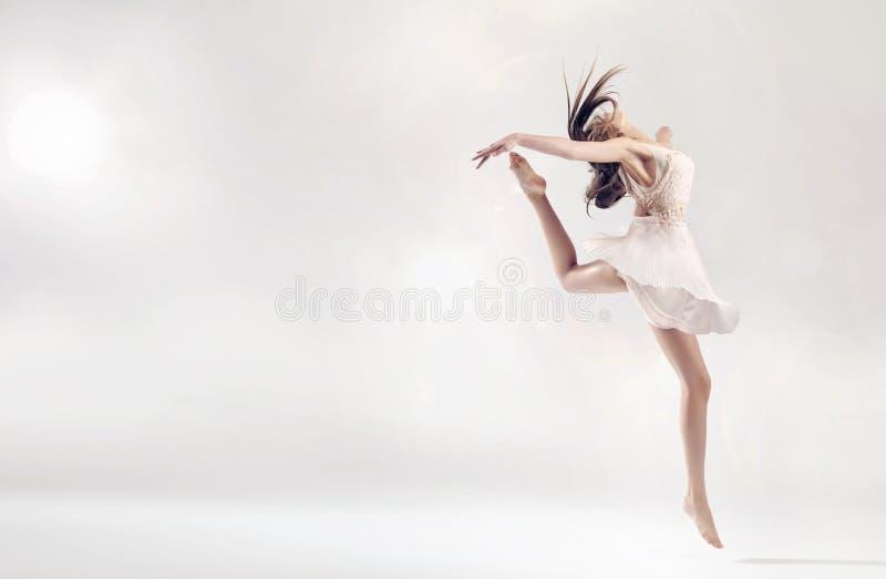 Ładny żeński baletniczy tancerz w skok postaci obrazy stock