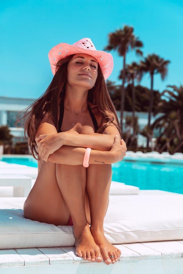 Ładny żeński garbarstwo na plaży zdjęcia royalty free