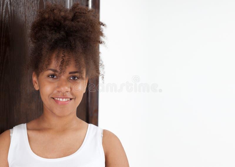 Ładny amerykanina afrykańskiego pochodzenia student collegu na kampusie obrazy royalty free