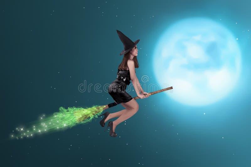 Ładny azjatykci czarownicy kobiety latanie na niebie obrazy stock